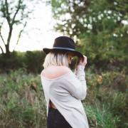 אישה עם כובע חושבת
